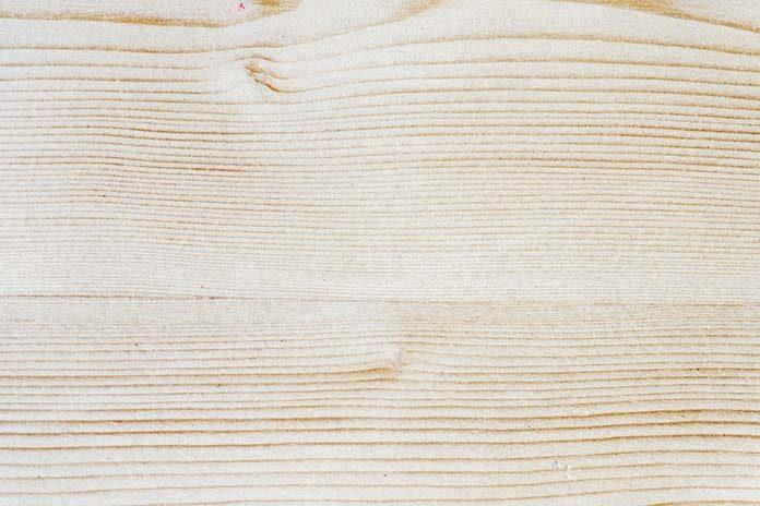Płytki drewnopodobne do salonu - czy to ma sens?