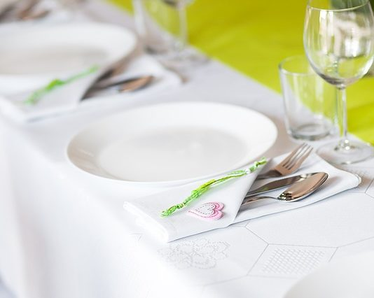Eleganckie i codzienne dekoracje na stół