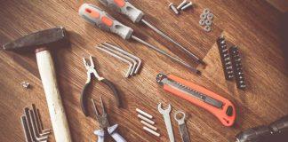 Młotek, śrubokręt i szczypce boczne – jakie narzędzia powinny znaleźć się w skrzynce każdego majsterkowicza?