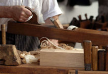 Jakie są sposoby obróbki drewnianych powierzchni?
