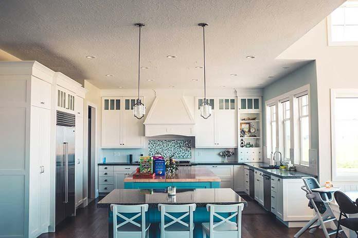 Jakie żyrandole wybrać do kuchni otwartej na salon