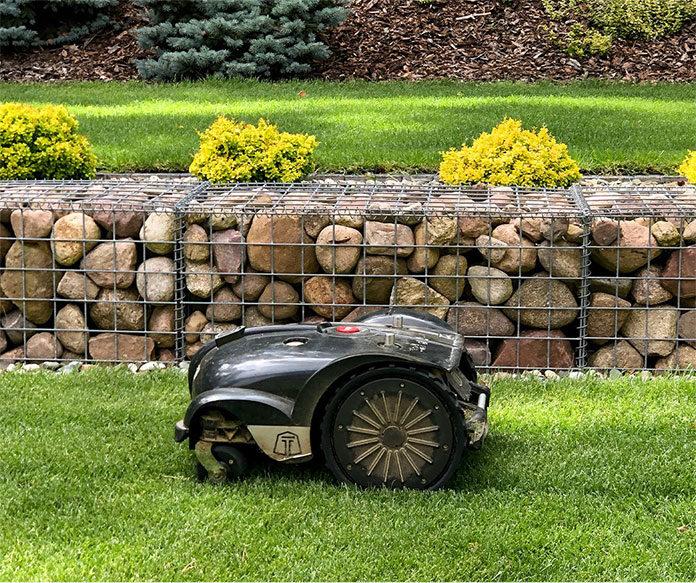 Automatyczna kosiarka w ogrodzie